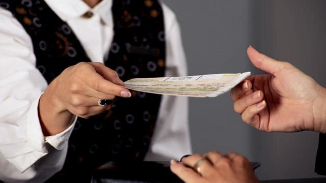gty_buying_airplane_ticket_thg_111130_wmain